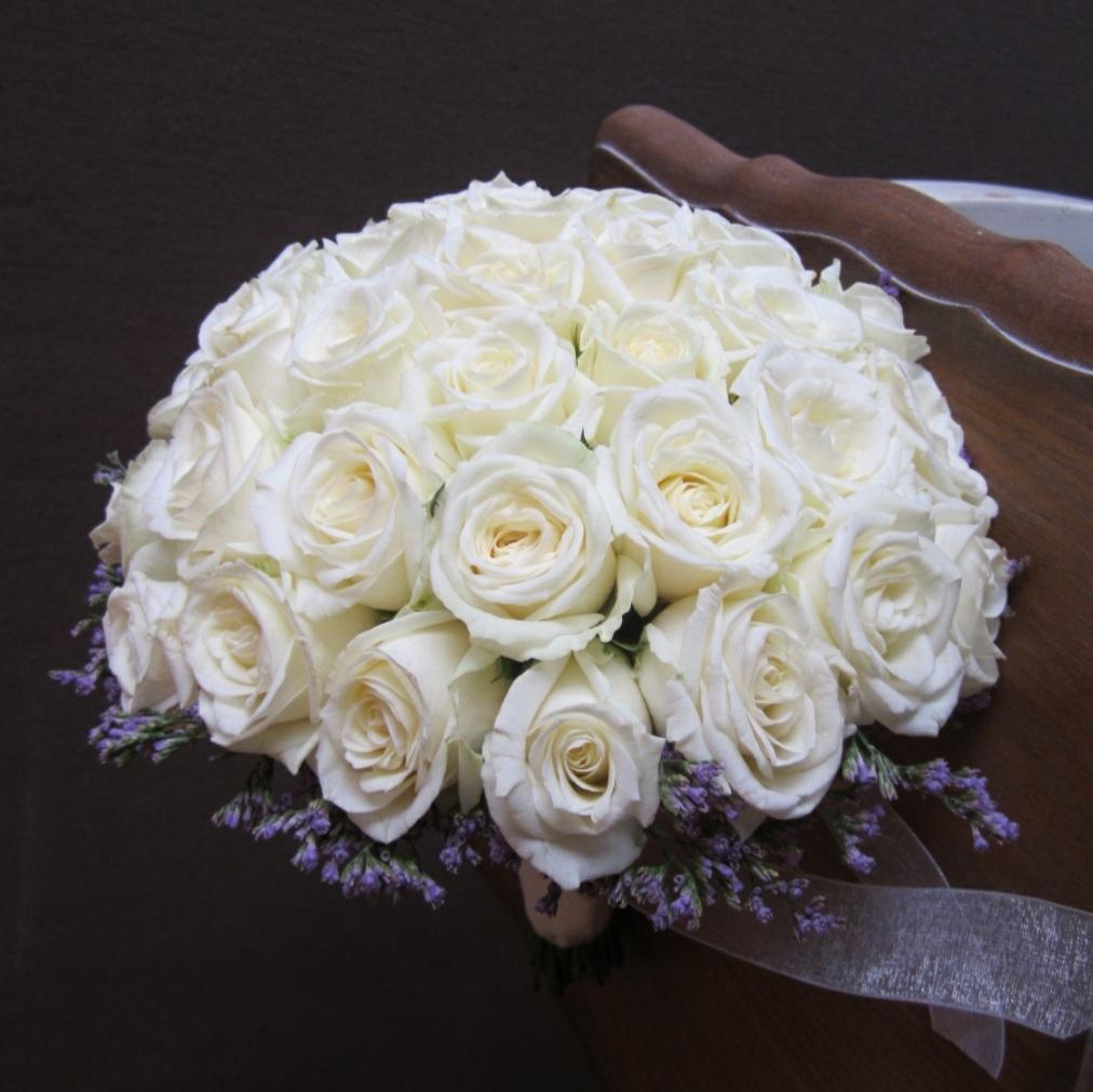 לכלה ורדים לבנים